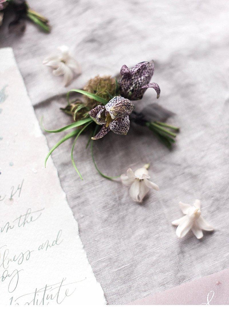 elegante-hochzeitsinspirationen-brautstrauss-tischdekoration-kalligraphie_0015a