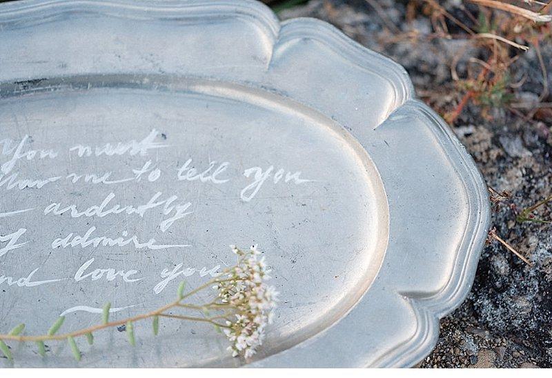 romantisch-hochzeitsinspirationen-hochzeitsblumen-brautpaar_0002a