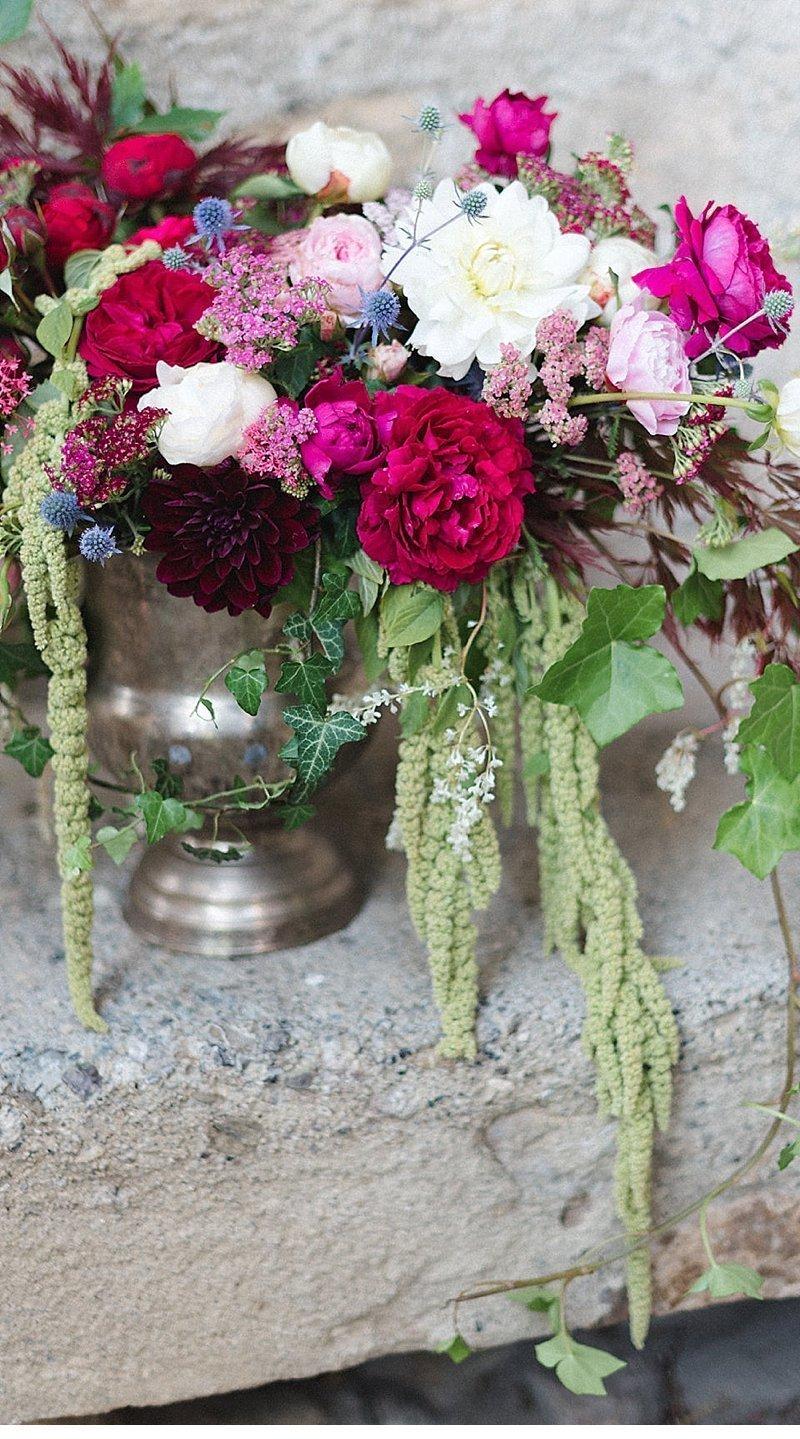 romantisch-hochzeitsinspirationen-hochzeitsblumen-brautpaar_0012