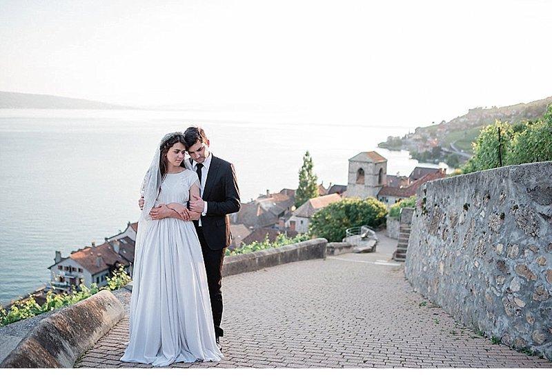 romantisch-hochzeitsinspirationen-hochzeitsblumen-brautpaar_0023