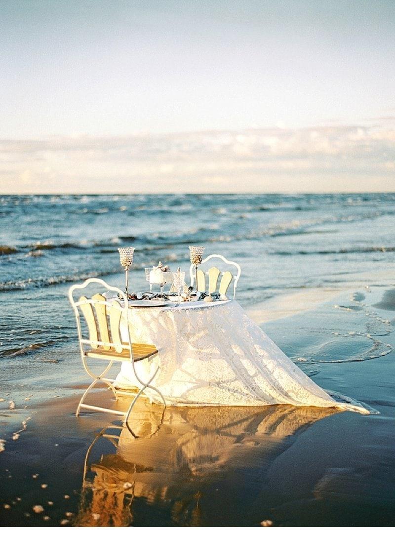 strandhochzeit-sonnenuntergang-tischdekoration-muscheln_0011