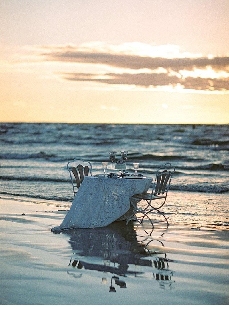 strandhochzeit-sonnenuntergang-tischdekoration-muscheln_0018a